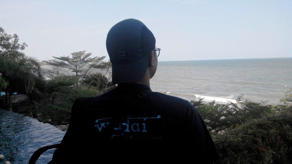 Menikmati pemandangan pantai