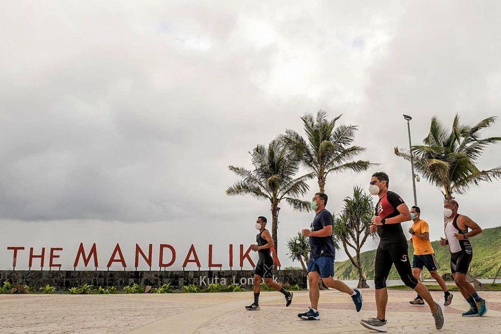 Menteri Pariwisata Sandiaga Uno sedang mengenalkan wisata Mandalika dengan berjogging ria I @sandiuno