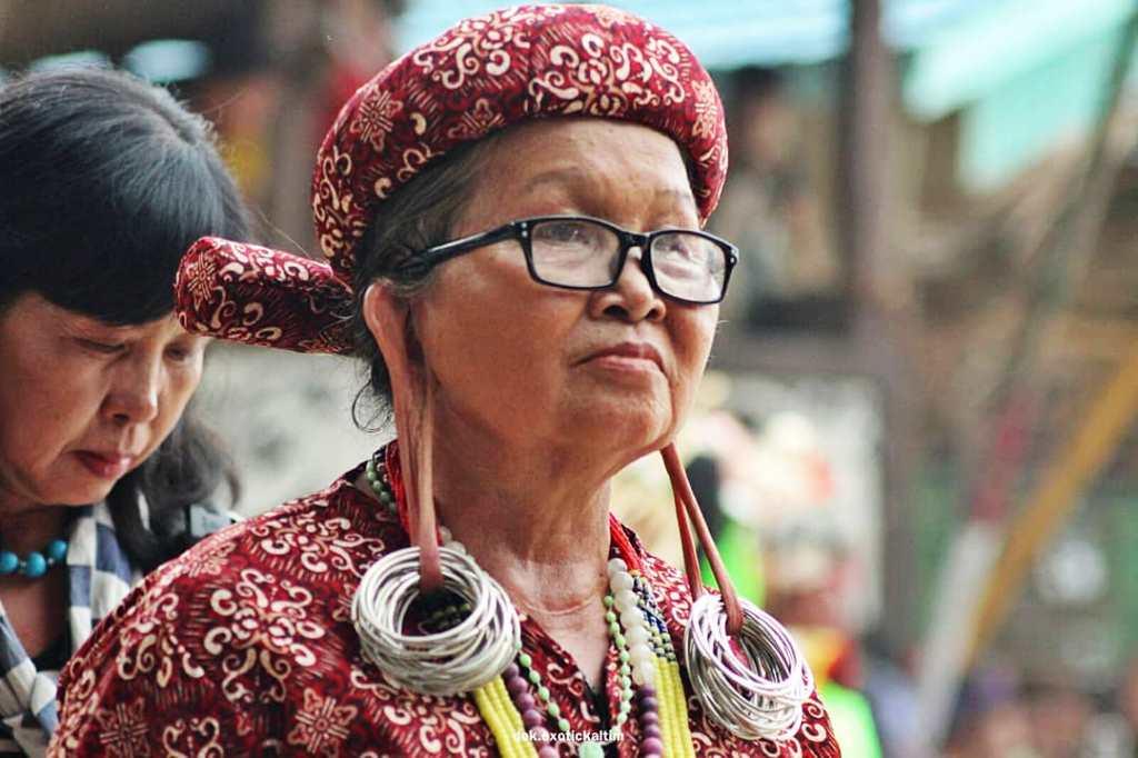 Wanita bertelinga panjang khas adat dayak yang bisa kita jumpai di desa Pampang Samarinda I koleksi IG @exotickaltim