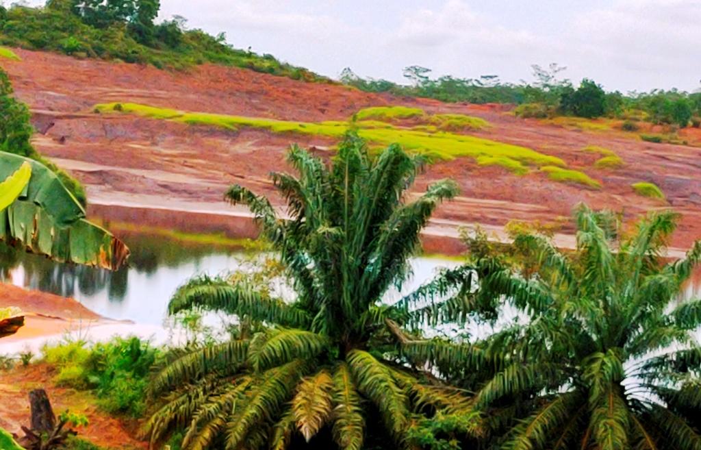 Hamparan lubang tambang yang mudah kita temukan di jalur darat Samarinda -Balikpapan I Dokumentasi Pribadi, Foto diambil 10 Maret 2021
