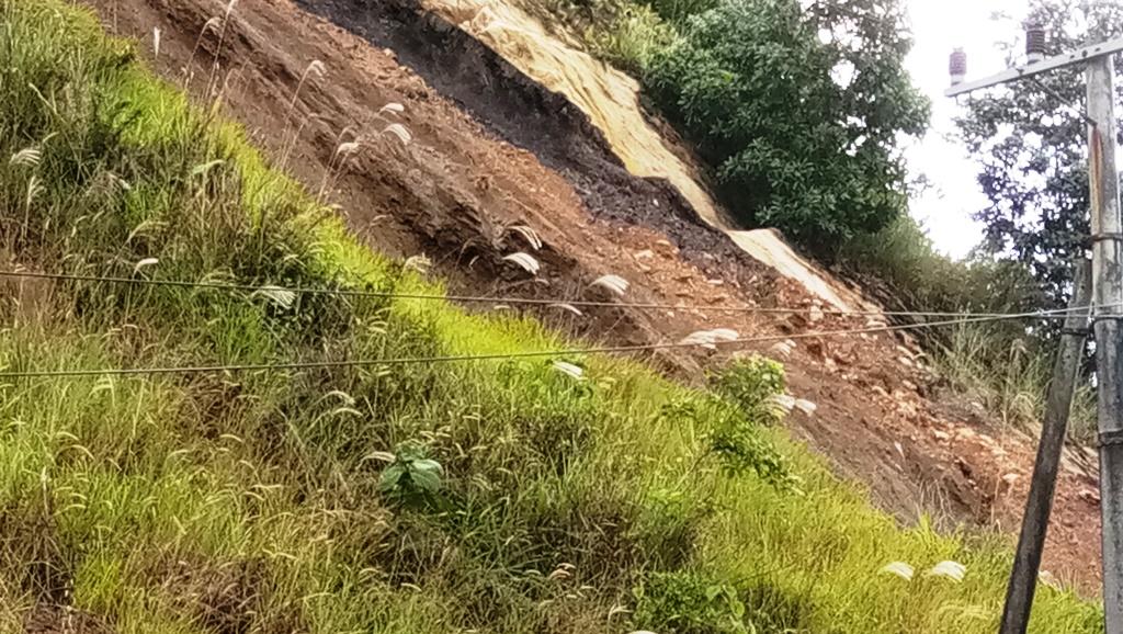 Singkapan batu bara yang terlihat di sepanjang jalan Palaran I Dokumntasi Pribadi